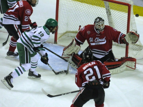 Jeff Smith stops 28 of 29 SOG in Friday's 3-1 win (photo prout)